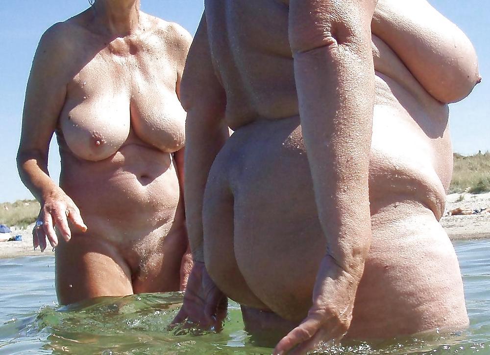 бабушка загорает голая фото