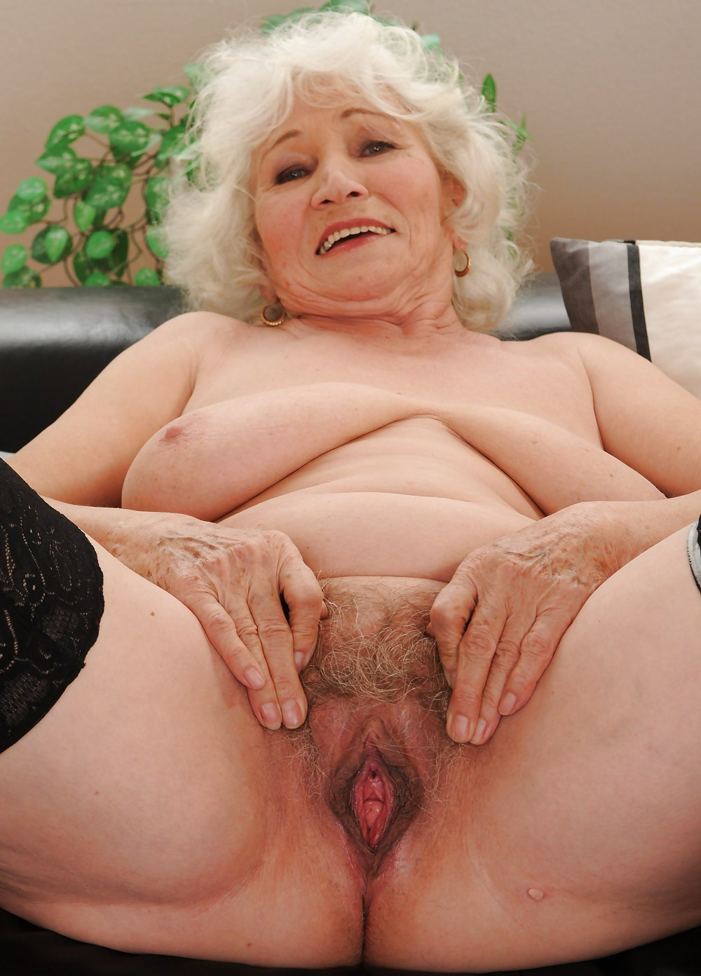 Old mature granny pussy hole